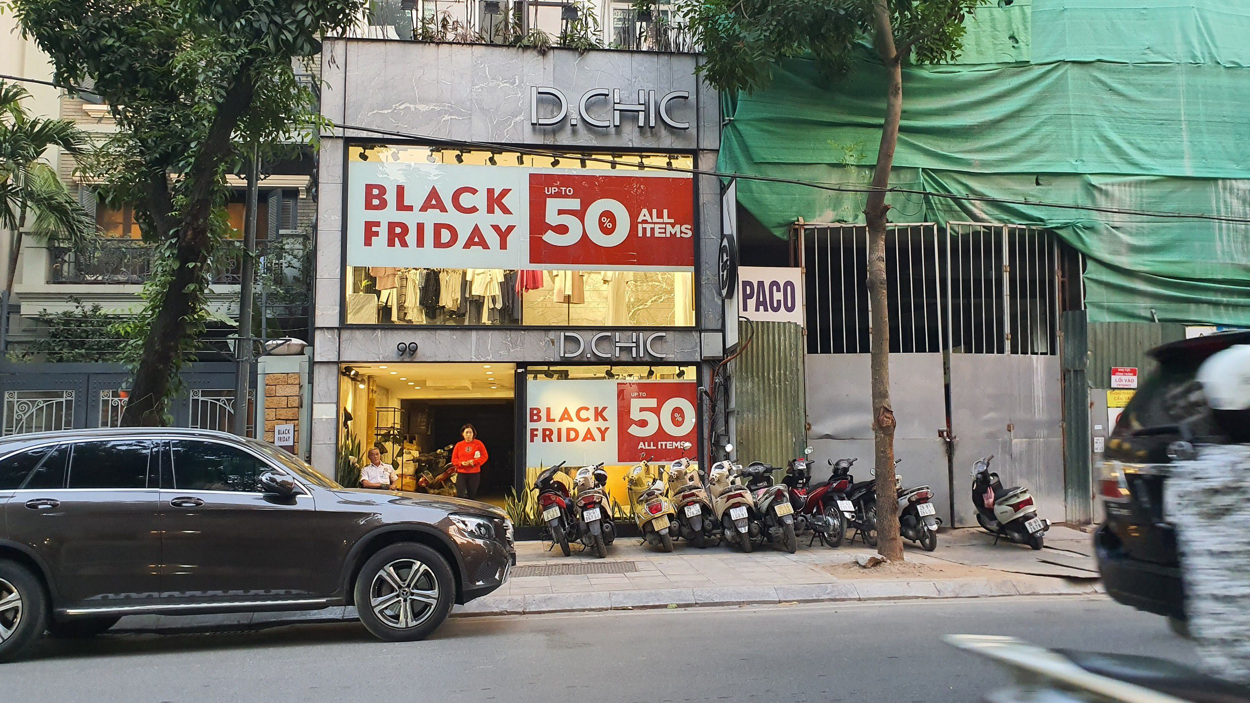 Đập lợn của con, vay tiền đi mua sắm Black Friday vì lương chưa về