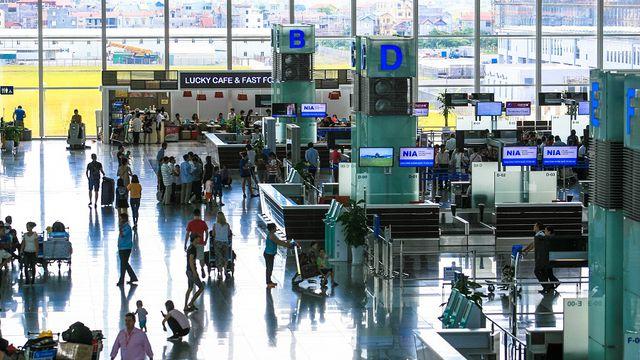 """Camera an ninh """"tố"""" kiểm dịch sân bay """"cuỗm"""" 2.000 Euro của khách Tây - 1"""
