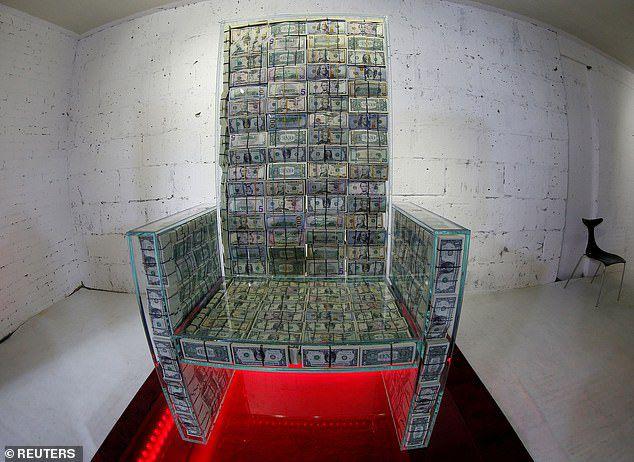 Tỷ phú Nga dùng 1 triệu USD tiền mặt đóng thành ghế ngồi