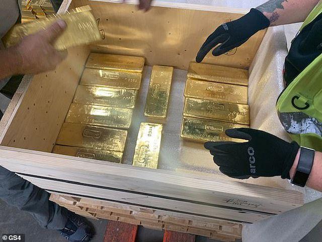 Anh bí mật trao trả 100 tấn vàng trị giá 5,2 tỷ USD cho Ba Lan - 1