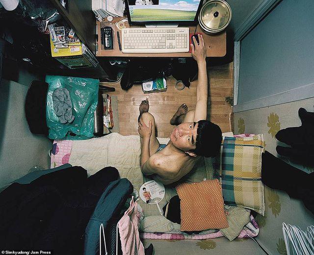 Cuộc sống chật hẹp bên trong những căn hộ 5 mét vuông ở Hàn Quốc - 1