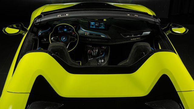 Cận cảnh chiếc BMW i8 Roadster màu xanh neon độc nhất vô nhị - 13