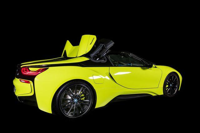 Cận cảnh chiếc BMW i8 Roadster màu xanh neon độc nhất vô nhị - 17