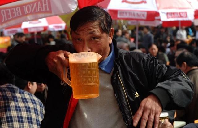 Bloomberg: Áp dụng luật bia rượu mới, doanh số bán bia tại Việt Nam tụt giảm thê thảm - 1