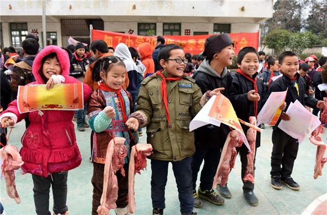 Trung Quốc trao thưởng học sinh giỏi bằng… thịt lợn - 3