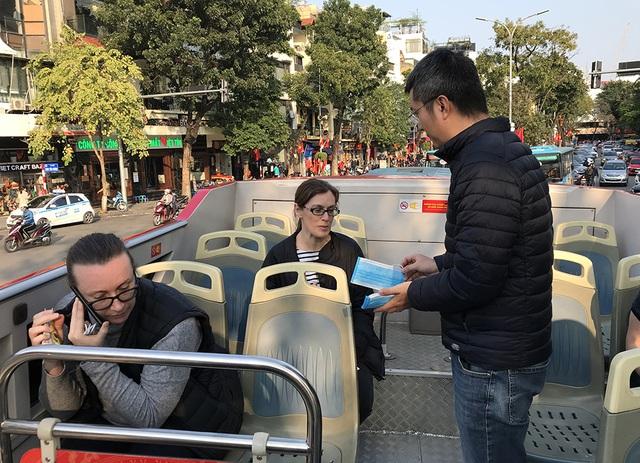 Dịch Corona: Hà Nội phát miễn phí khẩu trang cho du khách - 2