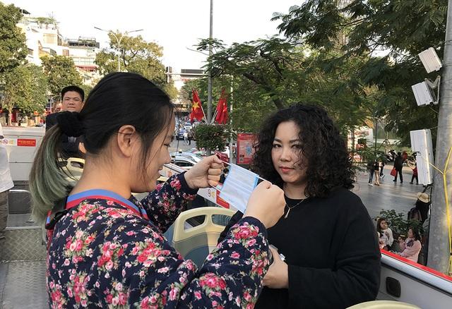 Dịch Corona: Hà Nội phát miễn phí khẩu trang cho du khách - 4