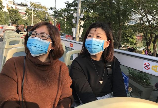 Dịch Corona: Hà Nội phát miễn phí khẩu trang cho du khách - 6