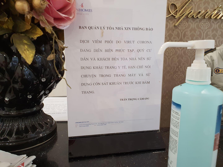 Chung cư Hà Nội treo cảnh báo, phục vụ nước rửa tay miễn phí chống dịch corona