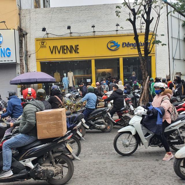 Dân Hà Nội xếp hàng cả buổi sáng chỉ để mua 1 hộp khẩu trang 35 nghìn đồng - 2