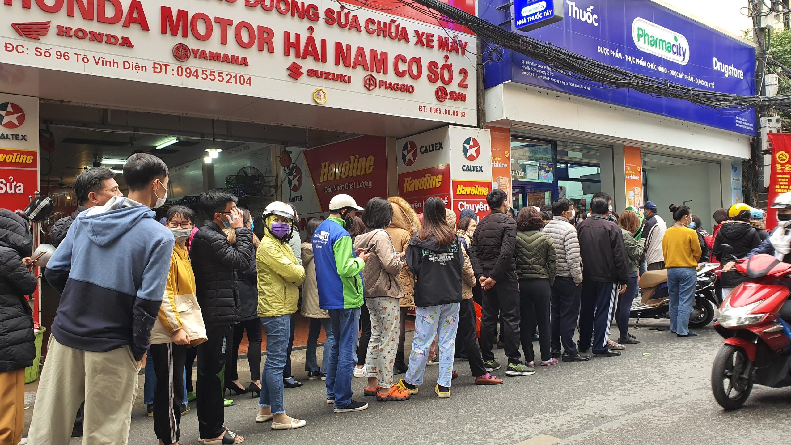 Dân Hà Nội xếp hàng cả buổi sáng chỉ để mua 1 hộp khẩu trang 35 nghìn đồng