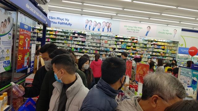 Dân Hà Nội xếp hàng cả buổi sáng chỉ để mua 1 hộp khẩu trang 35 nghìn đồng - 7