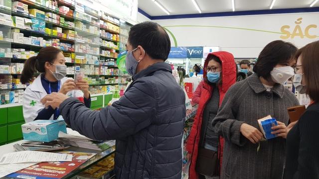 Dân Hà Nội xếp hàng cả buổi sáng chỉ để mua 1 hộp khẩu trang 35 nghìn đồng - 8