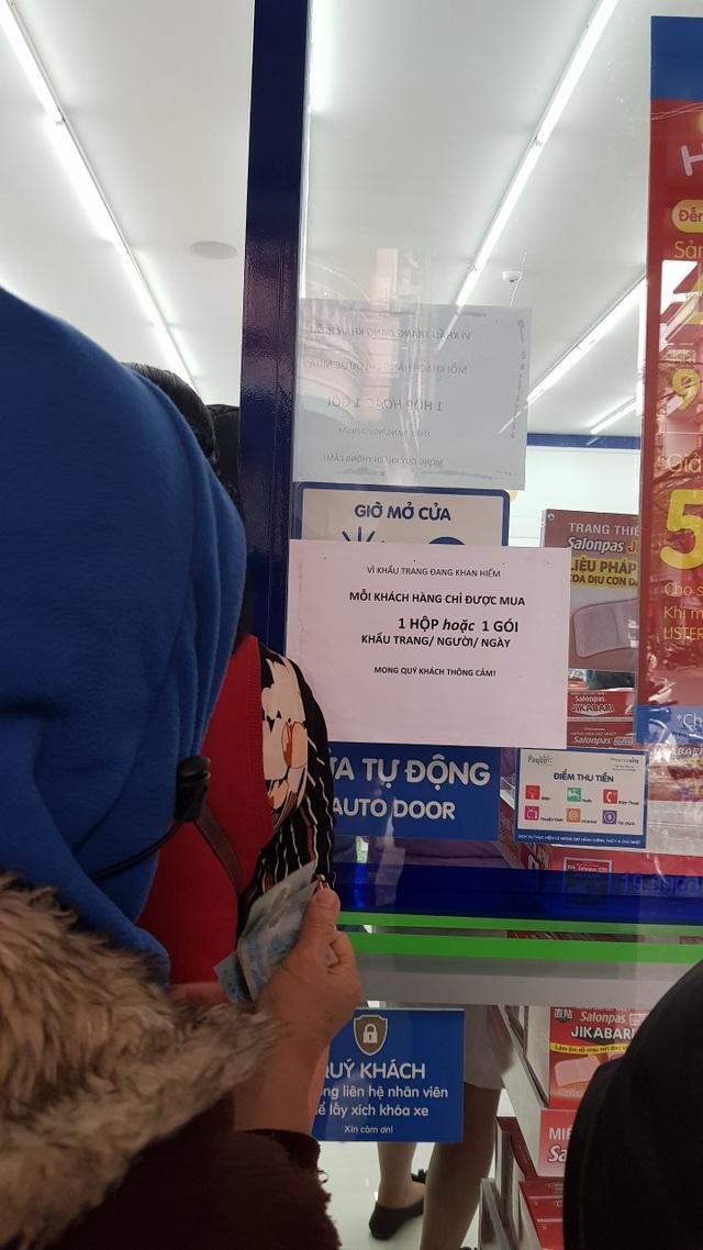 Dân Hà Nội xếp hàng cả buổi sáng chỉ để mua 1 hộp khẩu trang 35 nghìn đồng - 9