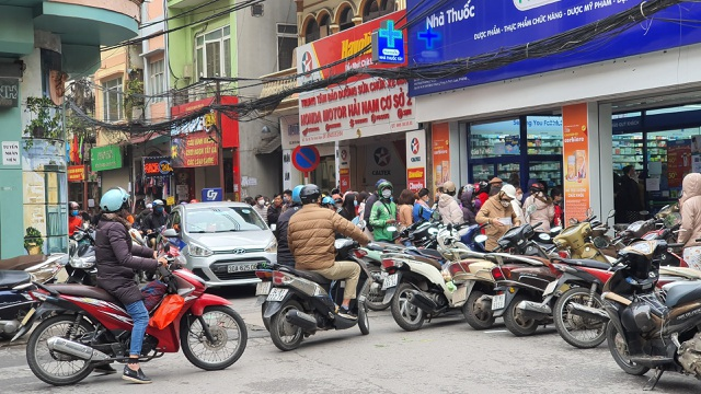 Dân Hà Nội xếp hàng cả buổi sáng chỉ để mua 1 hộp khẩu trang 35 nghìn đồng - 10
