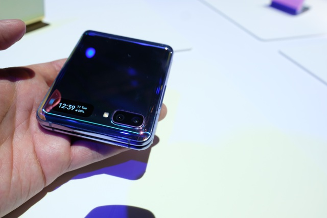 Cận cảnh smartphone màn hình gập Galaxy Z Flip - Nhỏ gọn và bóng bẩy - 11