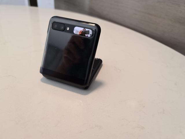 Cận cảnh smartphone màn hình gập Galaxy Z Flip - Nhỏ gọn và bóng bẩy - 12