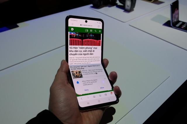 Cận cảnh smartphone màn hình gập Galaxy Z Flip - Nhỏ gọn và bóng bẩy - 16