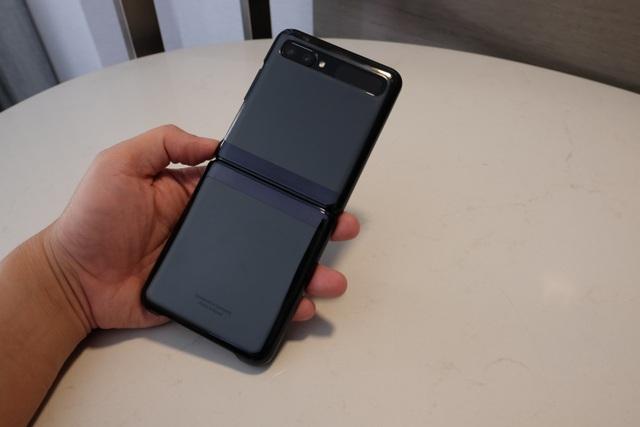 Cận cảnh smartphone màn hình gập Galaxy Z Flip - Nhỏ gọn và bóng bẩy - 6