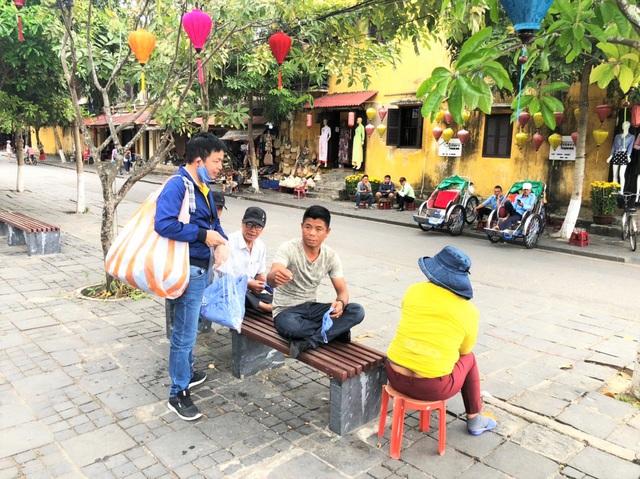 Chủ tiệm cà phê đi khắp Hội An phát khẩu trang miễn phí - 5
