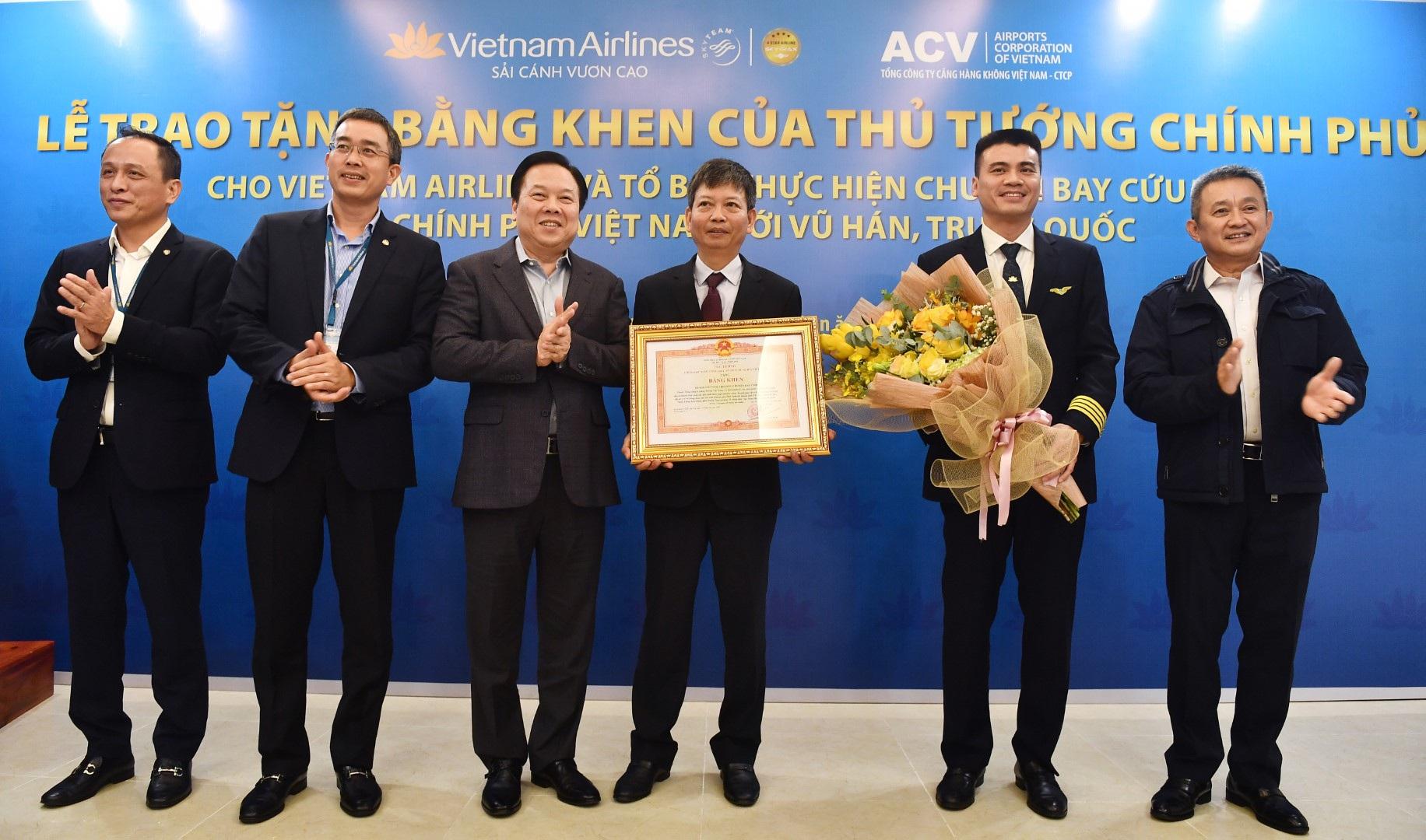 """Thủ tướng khen phi hành đoàn bay tới Vũ Hán """"giải cứu"""" người Việt"""