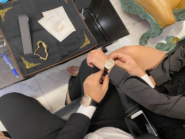 Đại gia mua đồng hồ dát kim cương hơn 1 tỷ đồng tặng bạn gái dịp Valentine - 1