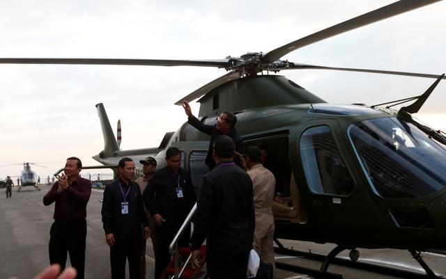 """Thủ tướng Campuchia cầm hoa ra đón du thuyền bị các nước """"hắt hủi"""" - 2"""