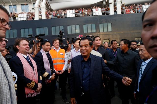"""Thủ tướng Campuchia cầm hoa ra đón du thuyền bị các nước """"hắt hủi"""" - 11"""
