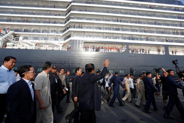 """Thủ tướng Campuchia cầm hoa ra đón du thuyền bị các nước """"hắt hủi"""" - 7"""