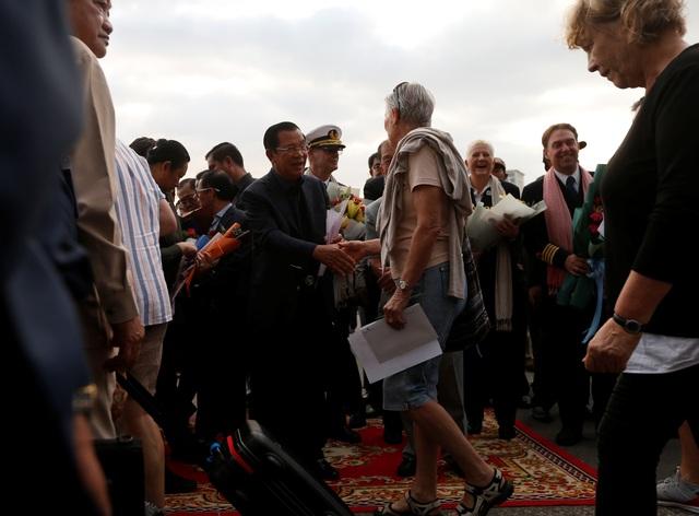 """Thủ tướng Campuchia cầm hoa ra đón du thuyền bị các nước """"hắt hủi"""" - 10"""