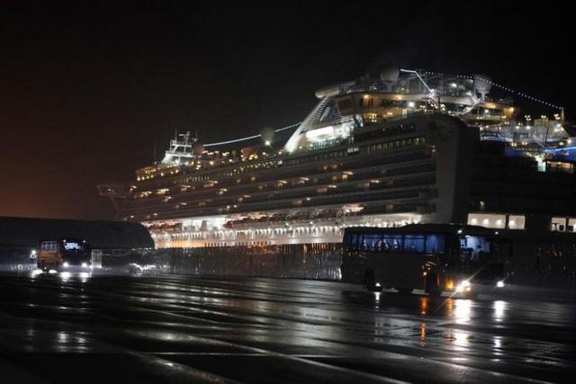 Mỹ sơ tán gần 400 công dân khỏi du thuyền Diamond Princess trong đêm - 4