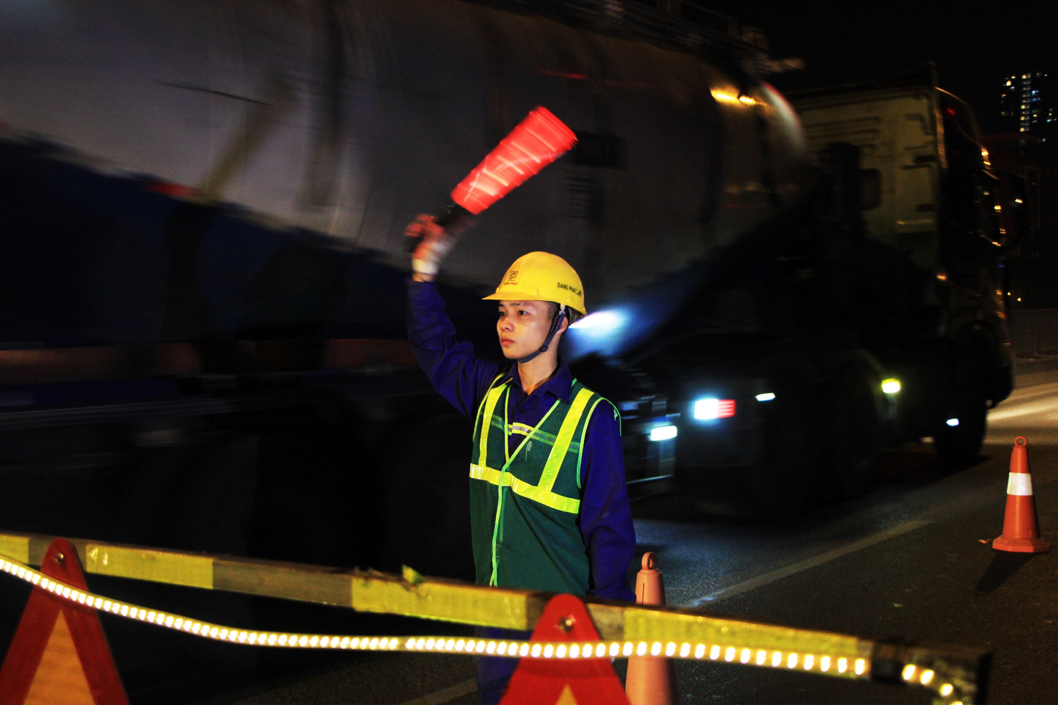 Hà Nội: Công nhân xuyên đêm sửa chữa đường vành đai 3 trên cao