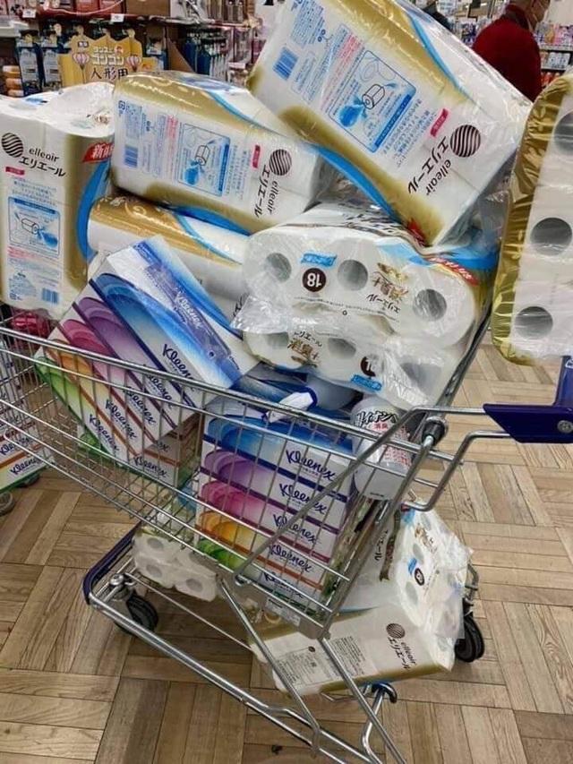 """Siêu thị ở Nhật Bản """"cháy"""" giấy vệ sinh vì tin đồn về dịch Covid-19 - 5"""