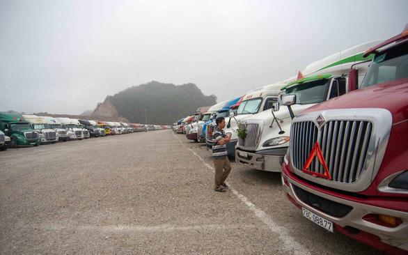 Hơn 3.000 xe hàng được thông quan với Trung Quốc, còn 900 xe ùn ứ