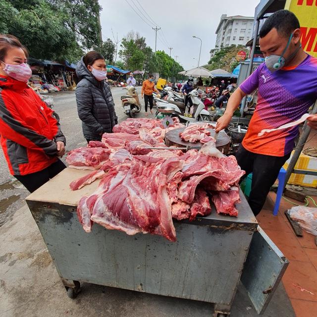 Bán thịt lợn bận rộn nhất mùa dịch, trời chưa tối mà đã cạn hàng - 2
