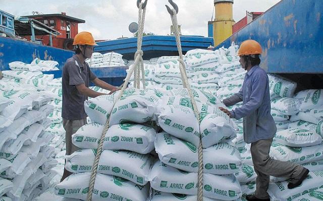 Doanh nghiệp lo mắc kẹt sau lệnh tạm dừng xuất khẩu gạo - 1