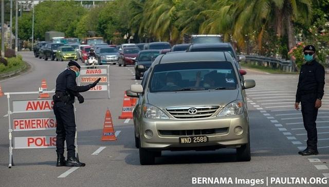 Malaysia yêu cầu một người một xe để ngăn chặn Covid-19 - 2