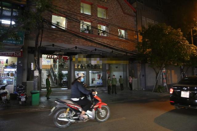 """Bất chấp """"lệnh cấm"""", nhiều quán nhậu Hà Nội vẫn tấp nập đón khách - 11"""