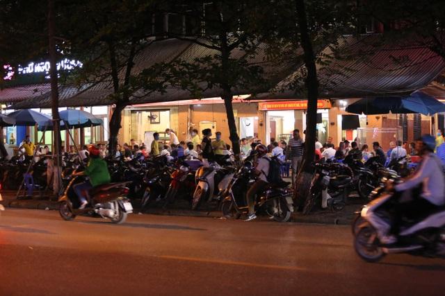 """Bất chấp """"lệnh cấm"""", nhiều quán nhậu Hà Nội vẫn tấp nập đón khách - 5"""