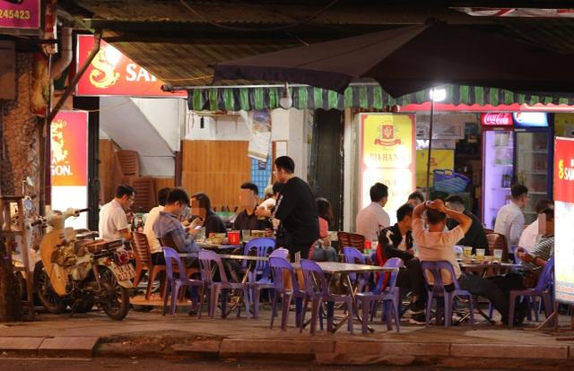 """Bất chấp """"lệnh cấm"""", nhiều quán nhậu Hà Nội vẫn tấp nập đón khách - 6"""