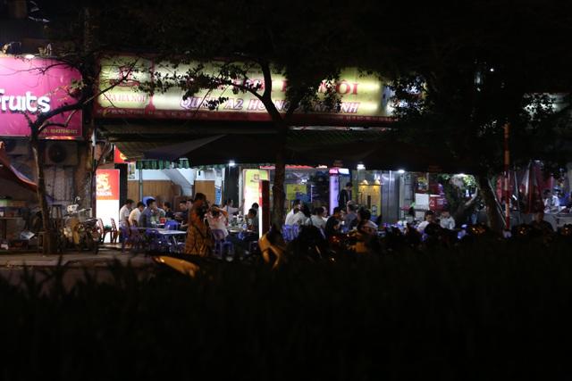"""Bất chấp """"lệnh cấm"""", nhiều quán nhậu Hà Nội vẫn tấp nập đón khách - 7"""