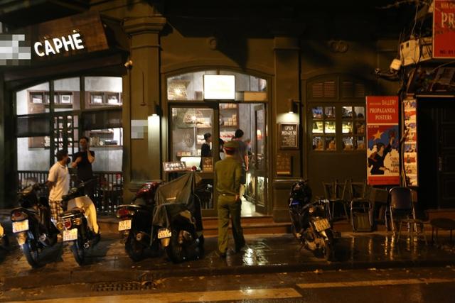 """Bất chấp """"lệnh cấm"""", nhiều quán nhậu Hà Nội vẫn tấp nập đón khách - 9"""