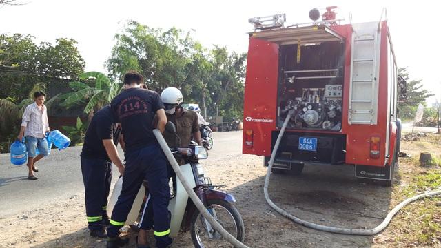 Vĩnh Long: Điều xe chữa cháy cấp nước sạch cho người dân vùng mặn - 1