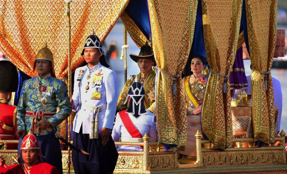 """Đại dịch ở Thái Lan: Quốc vương """"tự cách ly"""" ở khách sạn 4 sao với 20 hầu nữ"""