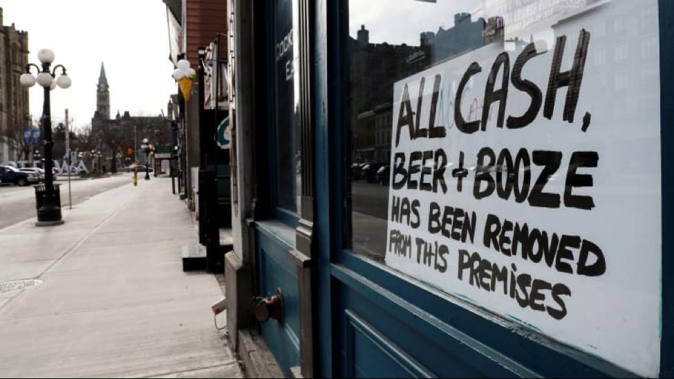 Một thùng dầu bây giờ rẻ hơn một cốc bia ở Canada