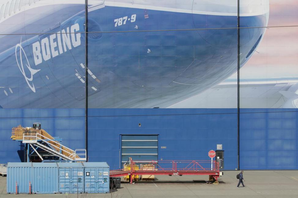 """Gã khổng lồ Boeing đề xuất nhân viên """"tự nguyện"""" nghỉ việc trong khủng hoảng đại dịch toàn cầu"""