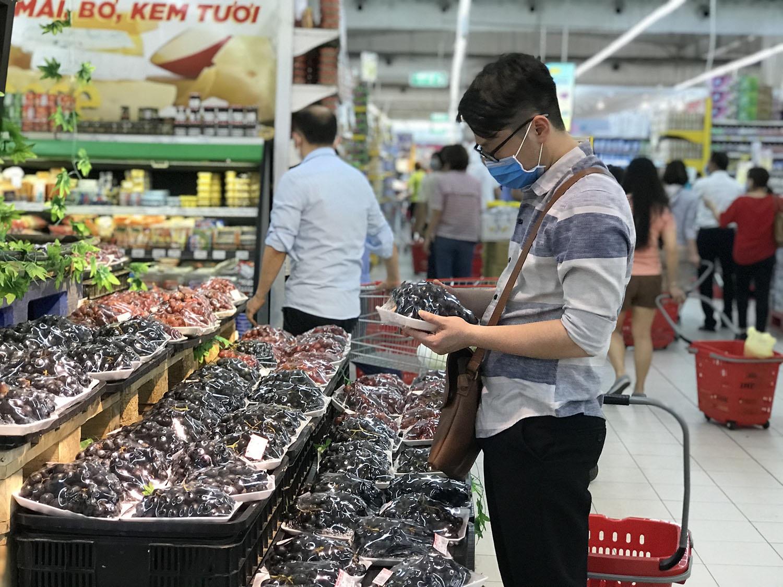 Hà Nội sau 1 tuần cách ly xã hội: Hàng hóa ngập tràn, khách thỏa sức mua