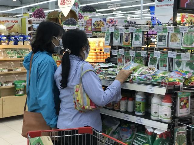 Hà Nội sau 1 tuần cách ly xã hội: Hàng hóa ngập tràn, khách thỏa sức mua - 7