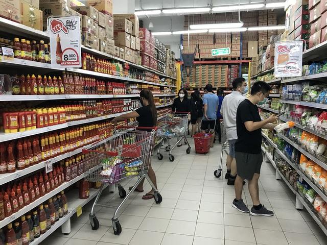 Hà Nội sau 1 tuần cách ly xã hội: Hàng hóa ngập tràn, khách thỏa sức mua - 8