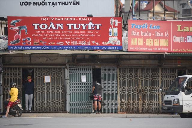 Chưa hết cách ly xã hội, nhiều cửa hàng kinh doanh vẫn mở cửa - 1